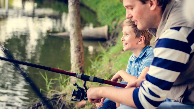 Far og søn er ude og fiske