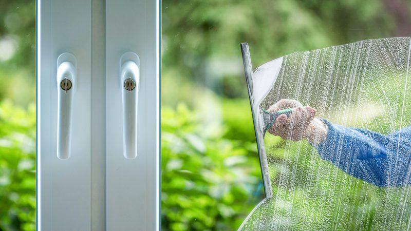 En vinduespudser der pudser vinduer