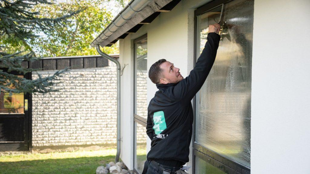 Find den rigtige skraber når du skal pudse vinduer