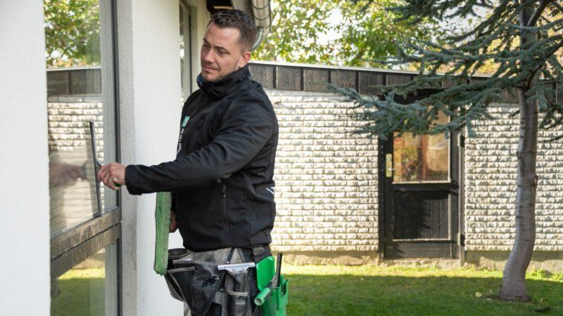 Vores dygtige vinduespudsere hjælper beboer i Kuglens, Keglens og Terningens kvarter