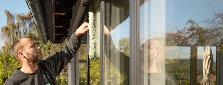 HomeBob pudser vinduer i Kuglens, Keglens og Terningens kvarter